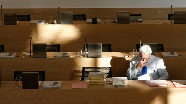 Ein einsamer Grossrat in einem sonst leeren Grossratssaal in Aarau.