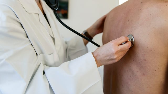 Arzt hört Patient ab