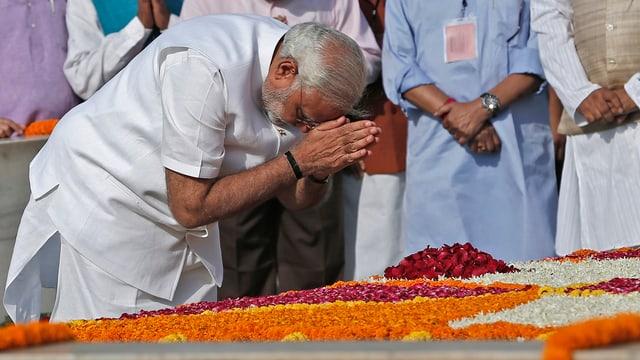 Gesten bereits am frühen Morgen: Modi betet am Mausoleum des Unabhängigkeitskämpfers Mahatma Gandhi. (reuters)