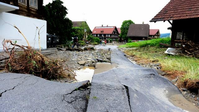 Eine Strasse, die vom Dorfbach weggerissen wurde.