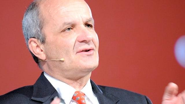 Porträtaufnahme von Martin Naville, Direktor der Schweizerisch-Amerikanischen Handelskammer, am Sprechen. Er schaut an der Kamera vorbei.