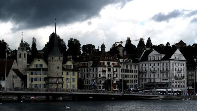 Stadt Luzern mit dunkler Wolke