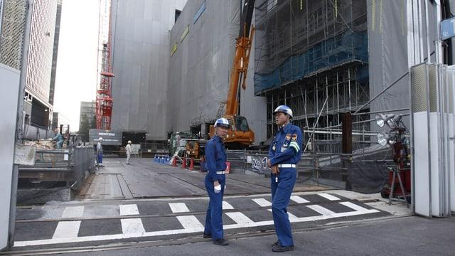 Arbeiter vor einem Geschäftsgebäude