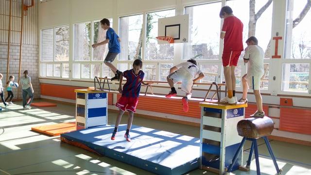Kinder balancieren in Turnunterricht über Stange