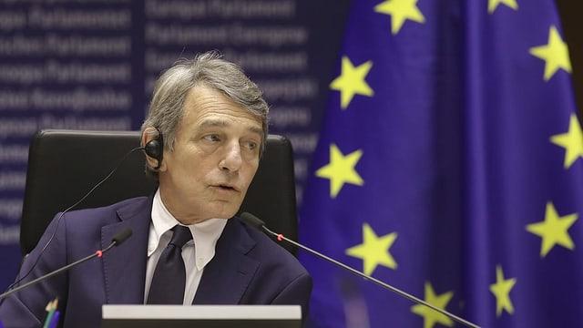 David Sassoli mit einer EU-Flagge im Hintergrund.