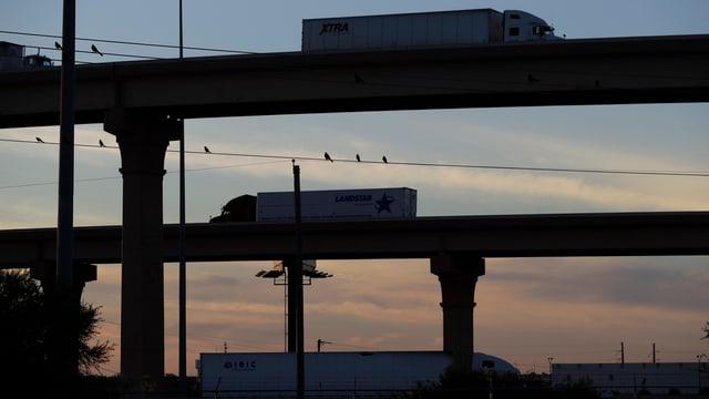 Truck in Texas fahren Richtung Mexiko bzw. zurück in die USA.