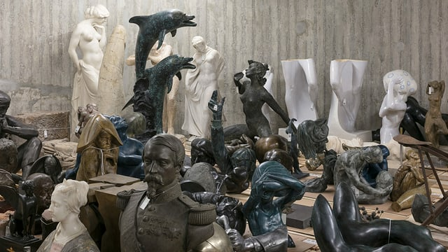 Skulpturen stehen in einem Raum