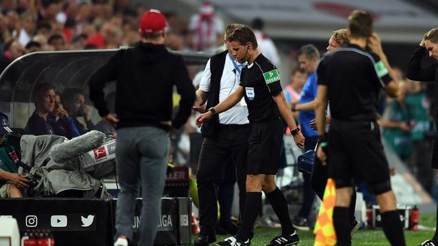 Schiedsrichter Felix Brych schreitet in die Katakomben.