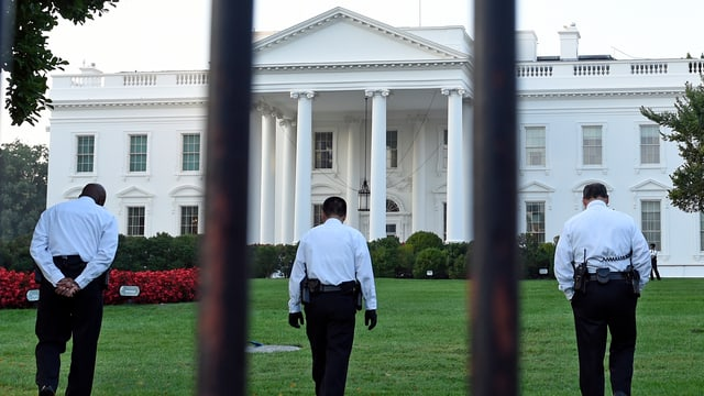 Männer des Secret Service vor dem Weissen Haus