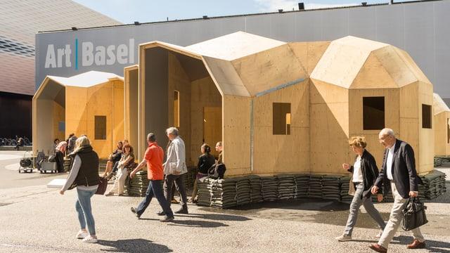 Holzinstallation der Art Basel vor dem Messegebäude.