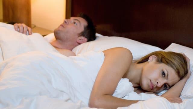 Ein Paar im Bett.
