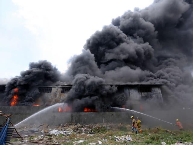 Fabrik steht in Flammen