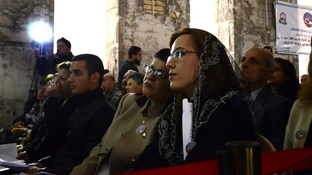 Menschen in Kirche.