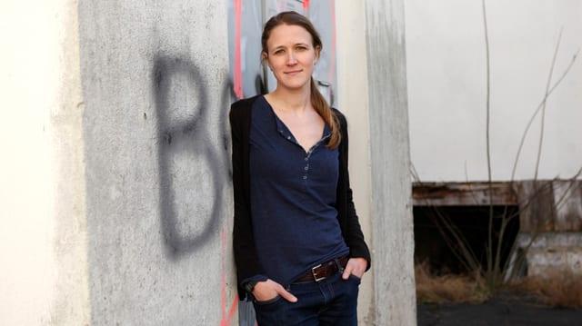 Die Schwyzer Autorin Martina Clavadetscher steht vor einer besprayten Wand.