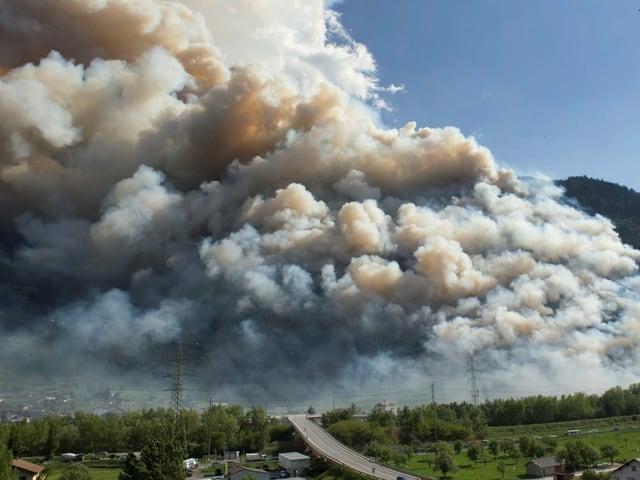 Grosse Rauchwolken über Visp.