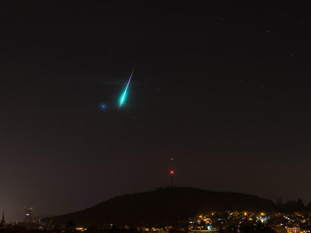 Sternschnuppe am Nachthimmel über Winterthur/ZH.