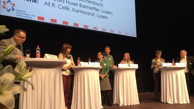 Podiumsgespräch mit sechs Teilnehmern und einem Moderator