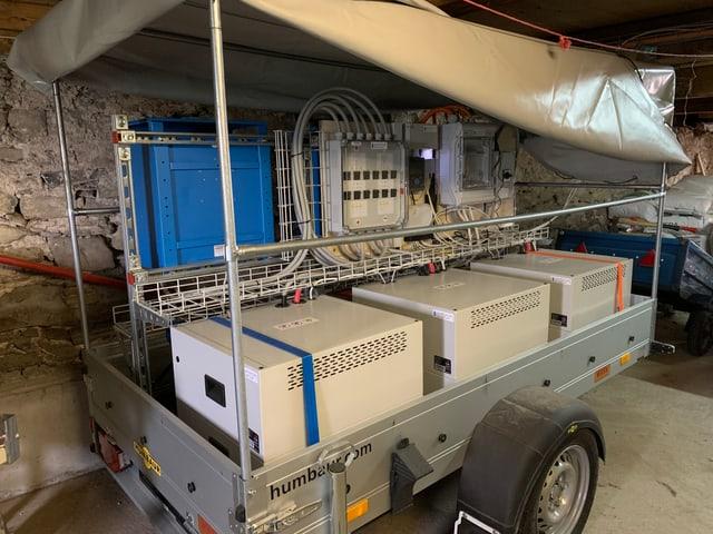 Batterie für Solarstromspeicherung auf einem Wagen mit Rädern.