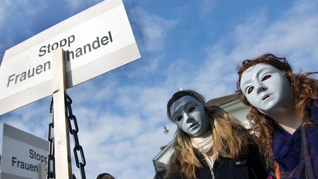Protestierende mit einem Plakat