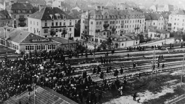 Hunderte Arbeiter besetzen auf dem Bahnhof La Chaux-de-Fonds die Gleise.