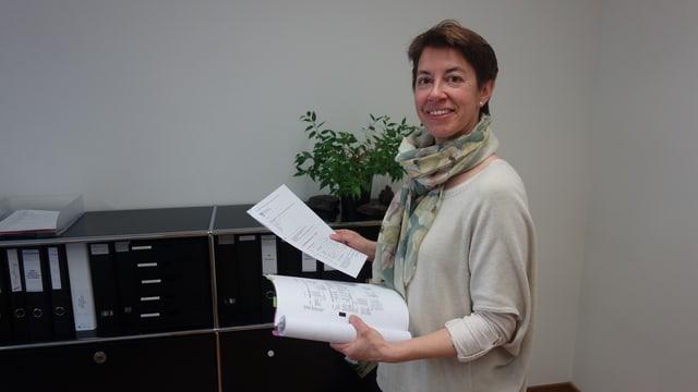 Kathrin Schläpfer examinescha il mument ils giavischs da la regiun Viamala.