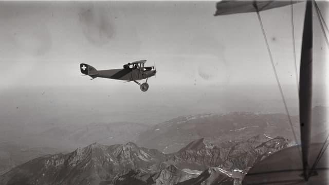 Altes Flugzeug über den Alpen.
