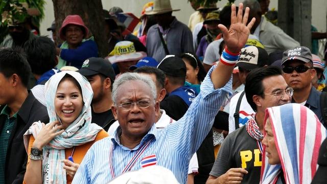Der führer der thailändischen Gelbhemden winkt in die Menge.
