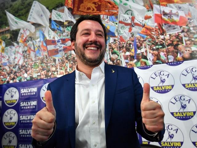 Salvini mit erhobenen Daumen mit tausenden seiner Anhänger im Hintergrund.