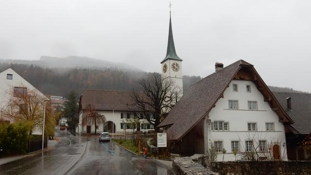 Altes Bauernhaus mit Kirche