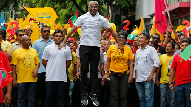 Präsidentschaftskandidat Solih mit seinen Unterstützern vor den Wahlen
