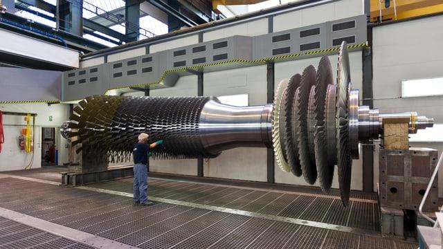 In der Alstom-Fabrikhalle in Birr wird eine Turbine überprüft und gewartet