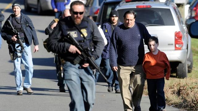 Bewaffnete Männer, Mann begleitet Kind