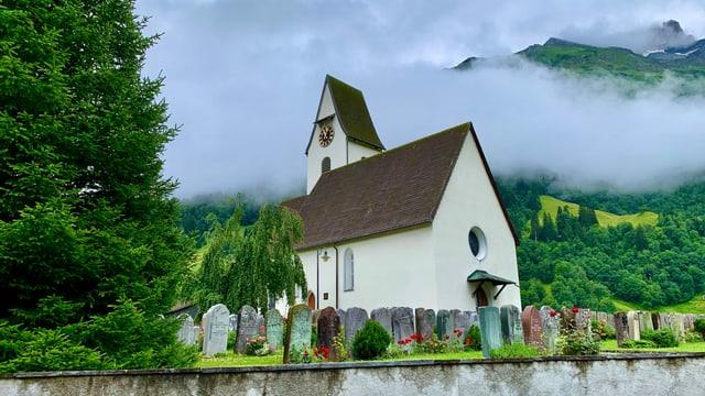 Die markante Kirche in Elm.