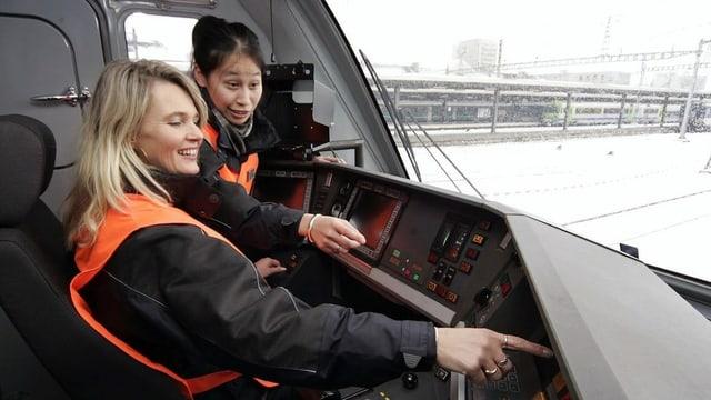 Frauen in einem Führerstand einer Lokomotive