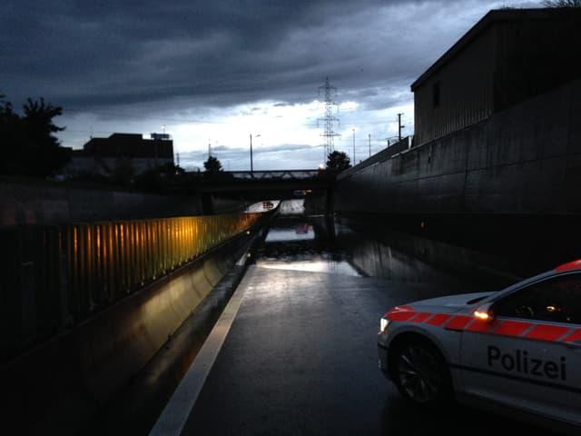 Die Polizei musste einen Abschnitt der Autobahn A4 zwischen Zug und Baar sperren.