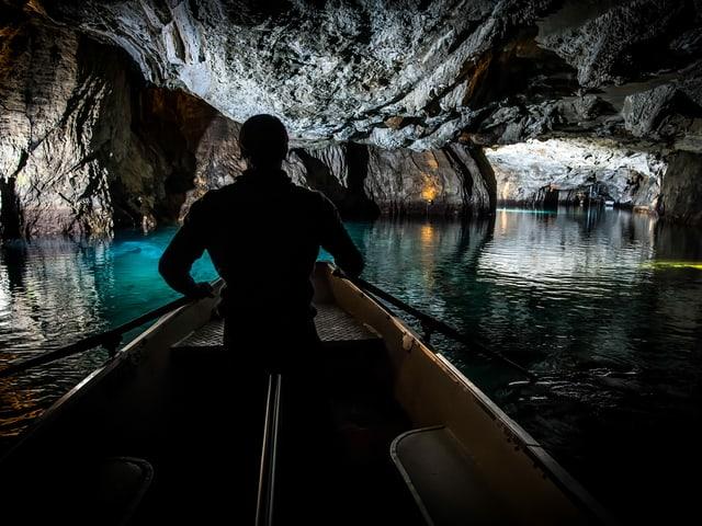 Schiff in einer Höhle.