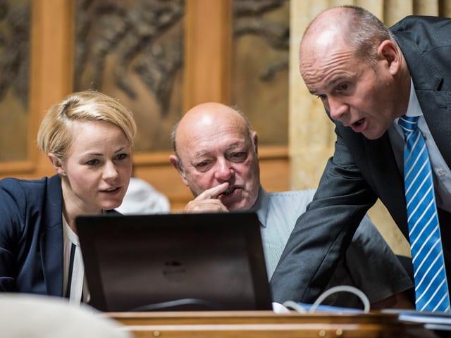 Rickli, Giezendanner und Hurter vor einem Laptop.