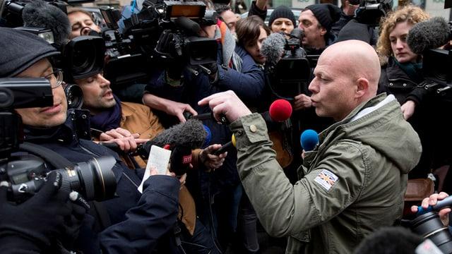 advocat Sven Mary, qua sortind dal post central da la polizia a Brüssel.