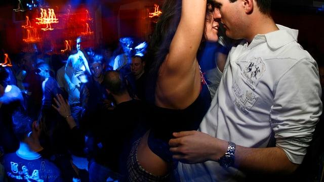 Tanzendes Paar in einer Disco