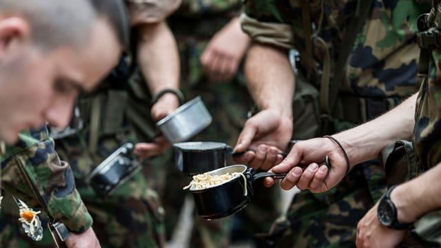 Schweizer Soldaten bei der Essensausgabe