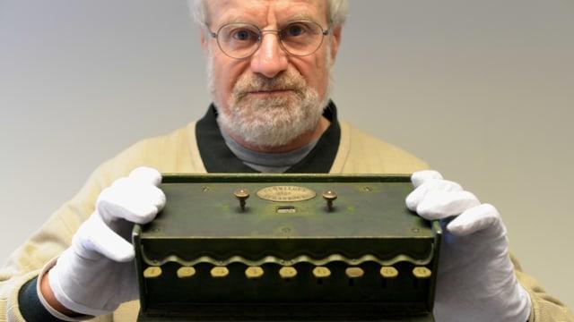 Herbert Bruderer hält mit Handschuhen die «Schwilgué» in der Hand.
