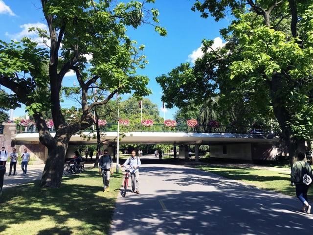 Ein paar Menschen laufen durch den Vondelpark in Amsterdam.