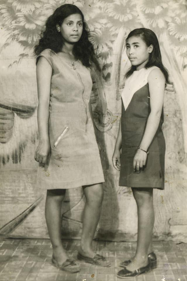 Zwei junge Frauen in kurzen Sommerkleidern.