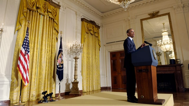 Präsident Obama vor einem Rednerpult im Weissen Haus.