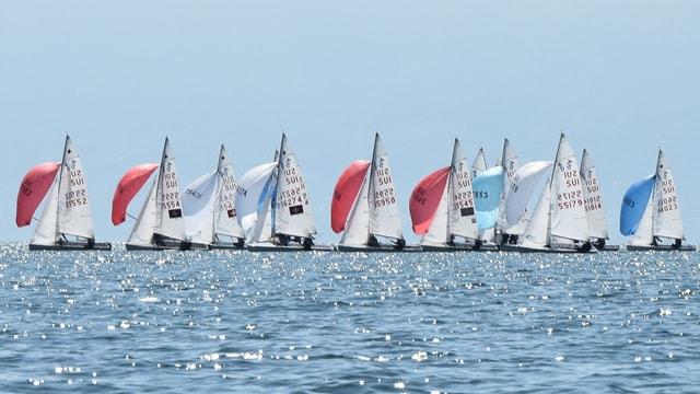Segelschiffe auf einem See