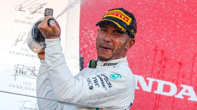 Il Brit Lewis Hamilton che festivescha.