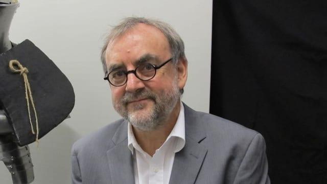 Ein Mann mit Brille und Bart.