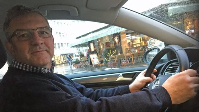 Mann am Steuer eines Autos.