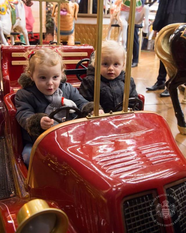 Gabriella und Jaques in einem roten Karussell-Auto.