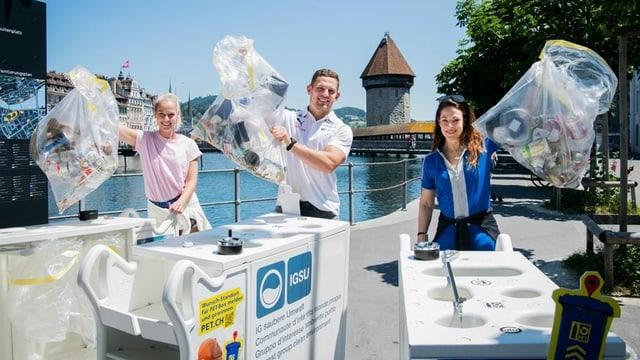 Linda Fäh, Remo Schweizer und Isabelle Flachsmann in Luzern auf Abfalljagd.
